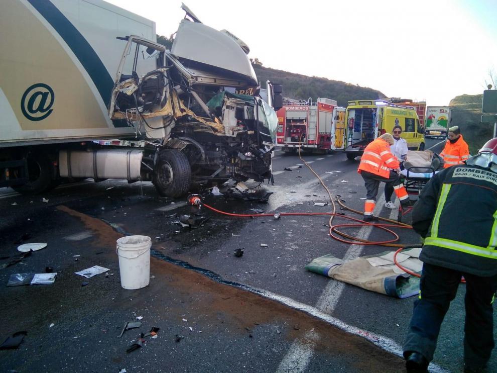 Un hombre resulta herido al chocar dos camiones en la N-II en Fraga