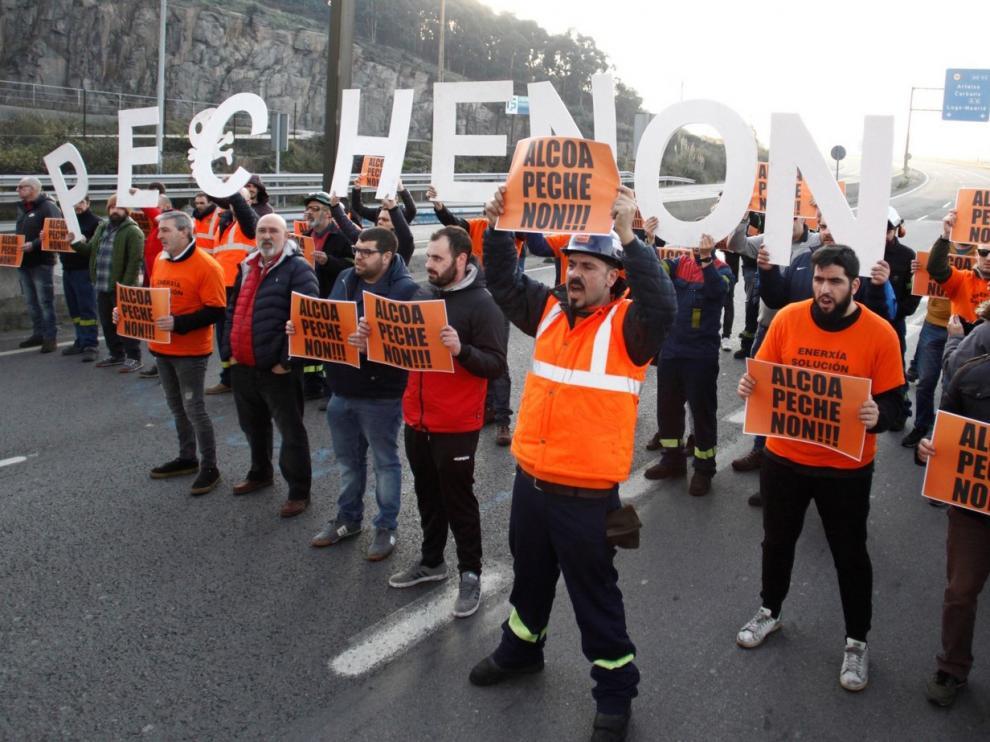 Los trabajadores de Alcoa ganan seis meses más en la empresa