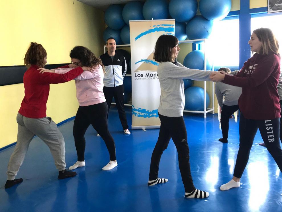 Las mujeres de Monegros entrenan su defensa personal