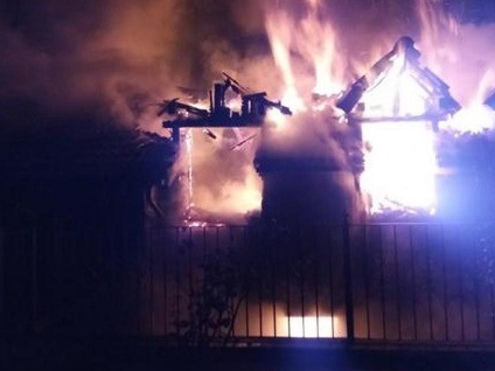 Un incendio arrasa el tejado y el interior de una vivienda de la pedanía jaquesa de Guasillo