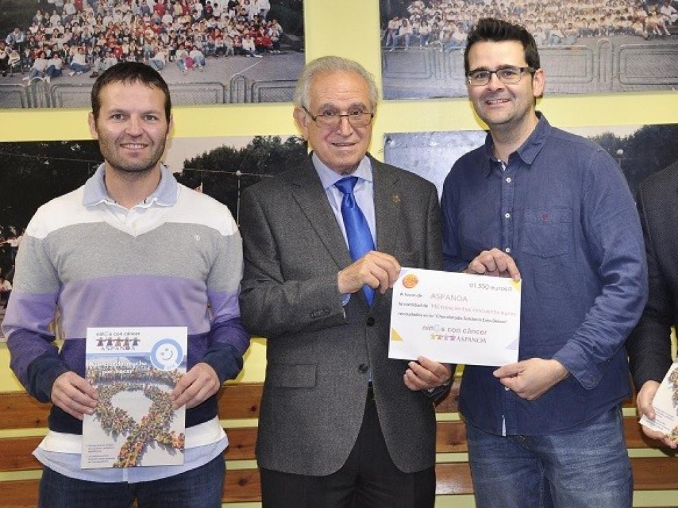 La peña Enta Debán de Jaca entrega 1.350 euros a Aspanoa