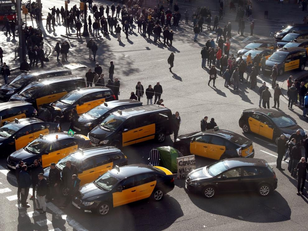 La huelga de taxistas bloquea la Gran Vía de Barcelona