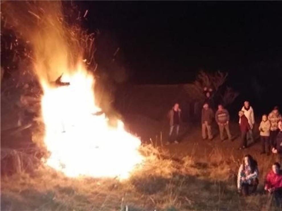 Vecinos de Sabiñánigo y su municipio se reunieron en torno al fuego para una fiesta con gran seguimiento popular