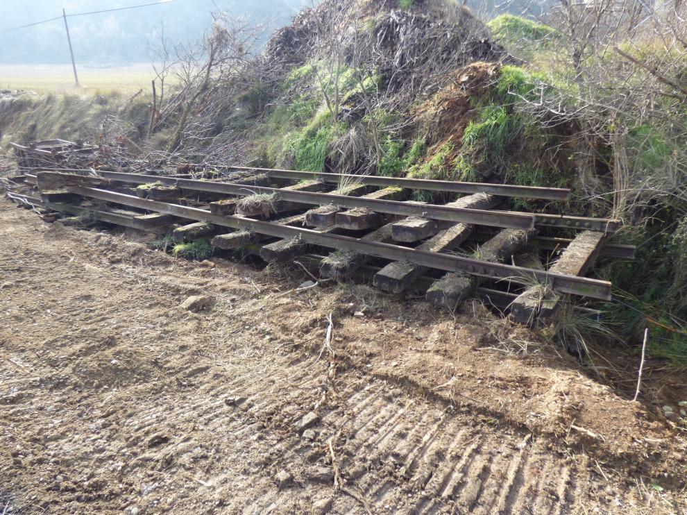 Adif inicia la retirada de traviesas y tramos de vía férrea del antiguo ramal Selgua-Barbastro