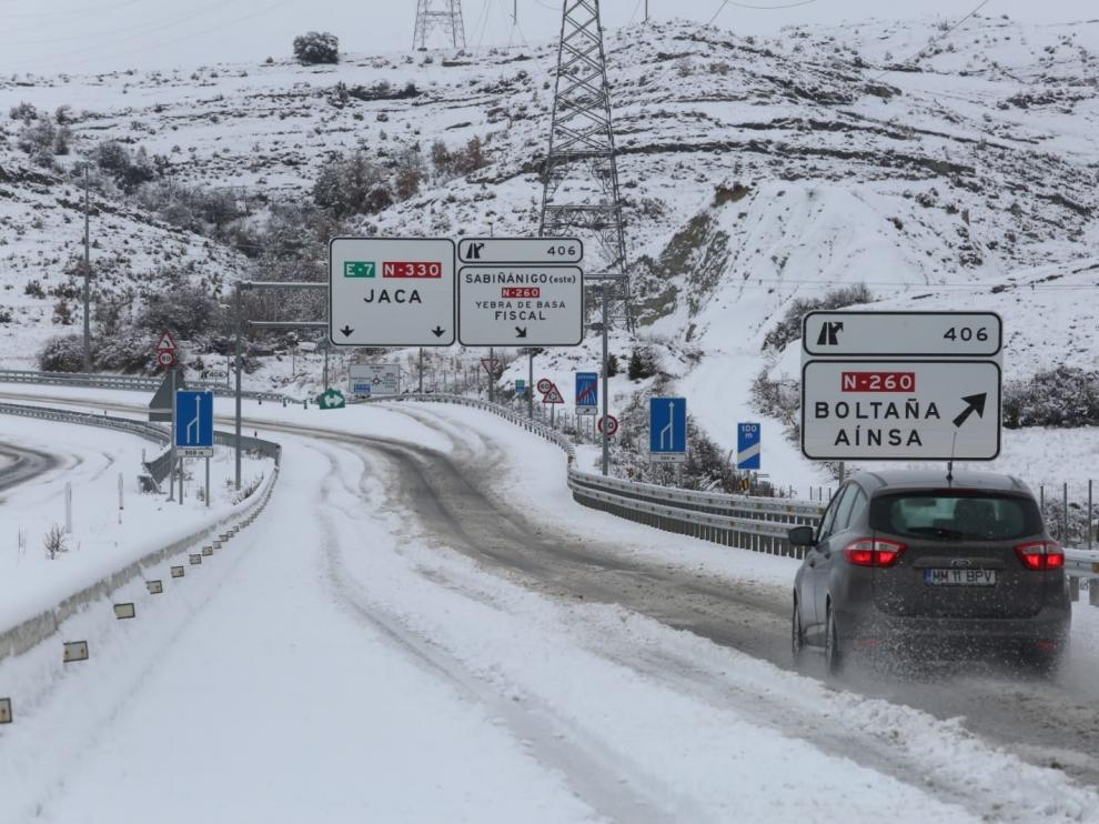 La primera gran nevada del invierno cierra tres puertos de montaña en Huesca