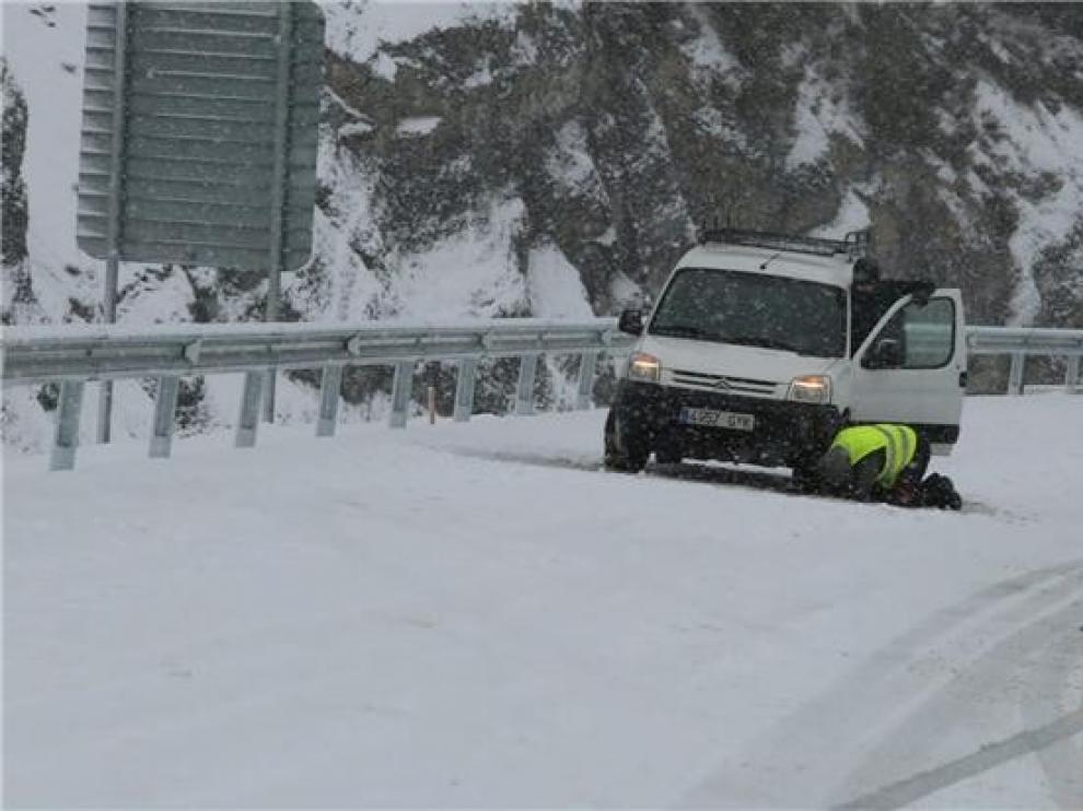 La nieve sigue alterando la normalidad en el norte de la provincia de Huesca y todavía son necesarias las cadenas en muchos tramos carreteros