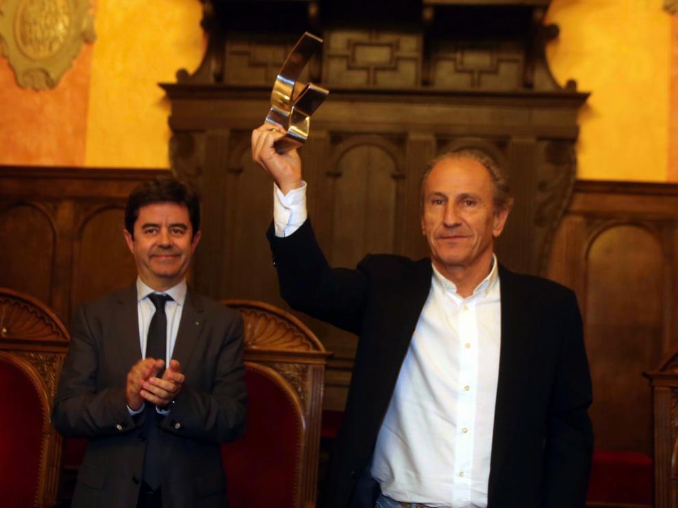"""Petón recibe el trofeo """"Julio Brioso"""": """"Este premio distingue el trabajo de la SD Huesca en estos años"""""""