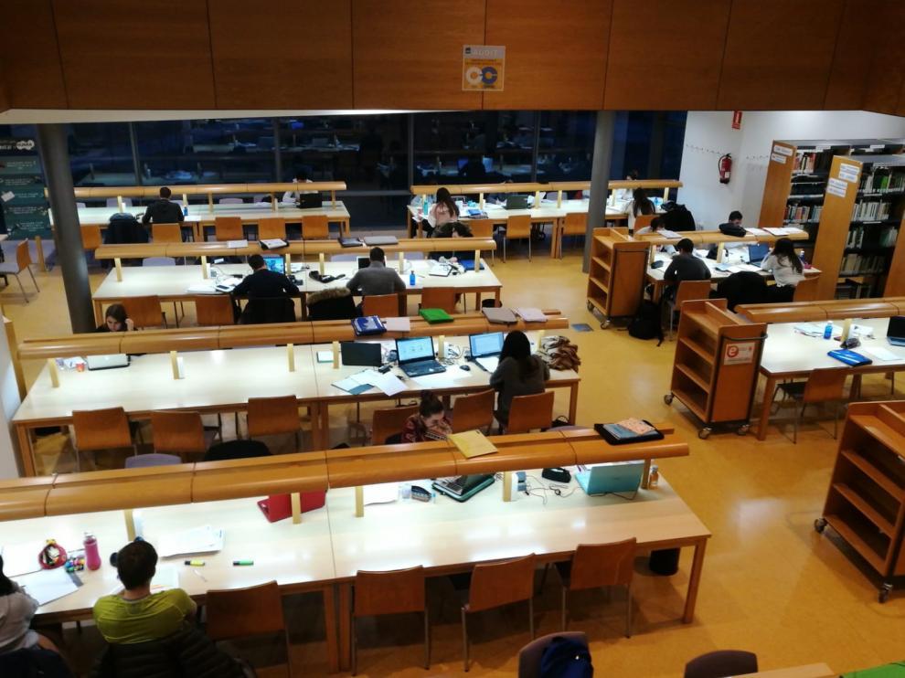 Las bibliotecas de Huesca se llenan durante los exámenes