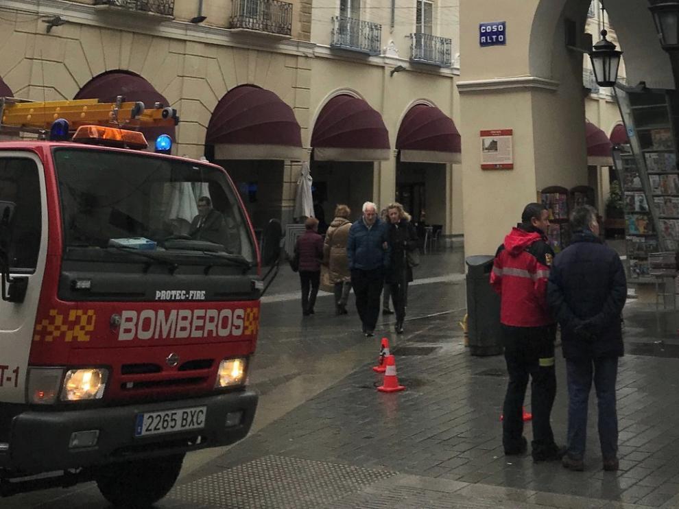 Los Bomberos de Huesca intervienen ante la caída de cristales en los Porches de Galicia