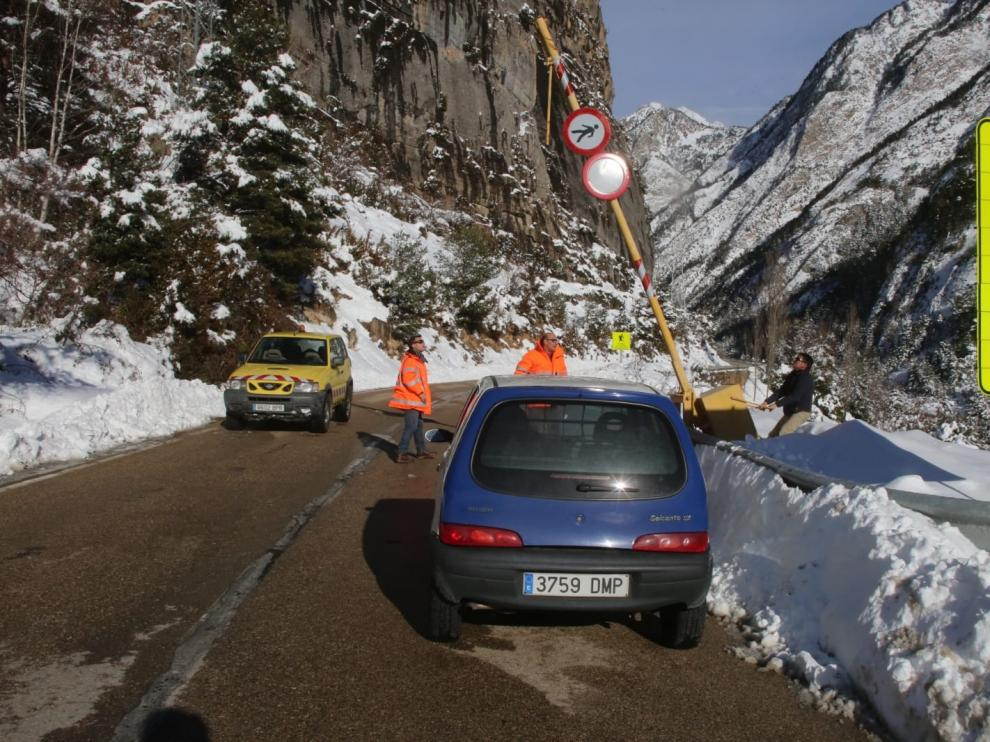 Reabiertos dos de los tres puertos de montaña cerrados por la nieve en la provincia