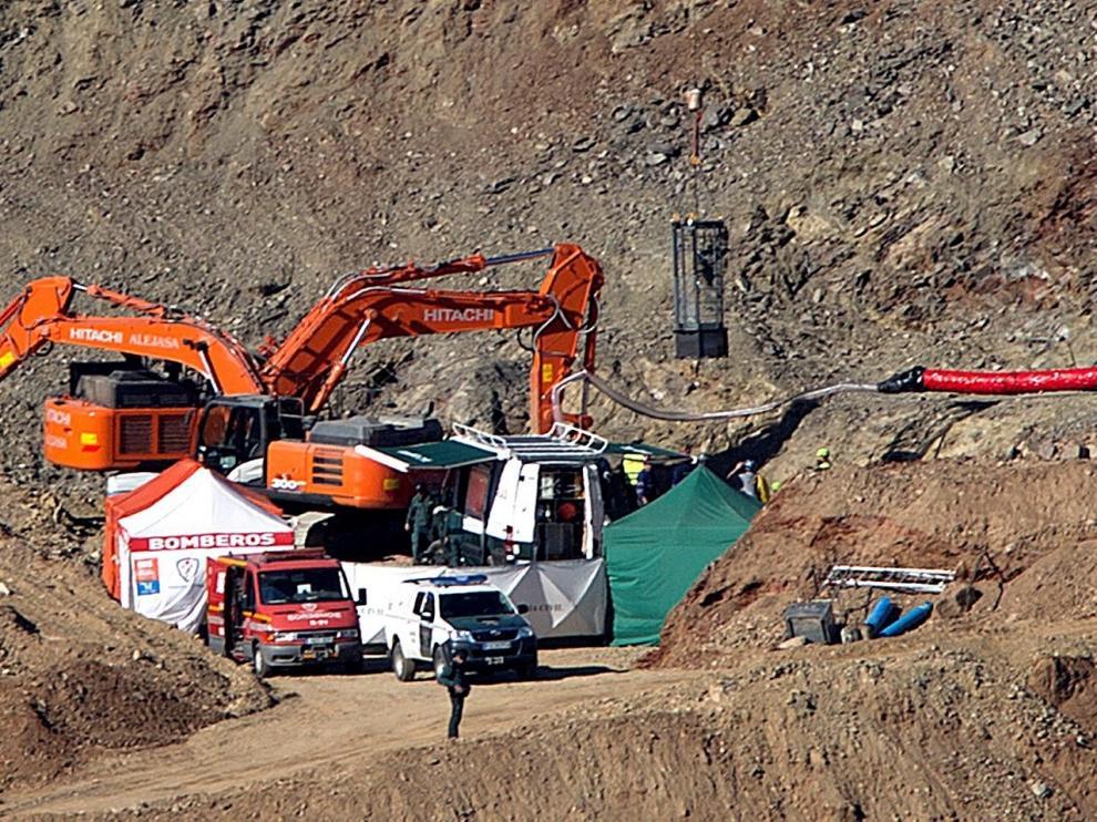 Los mineros entran en el túnel para excavar una galería y rescatar a Julen
