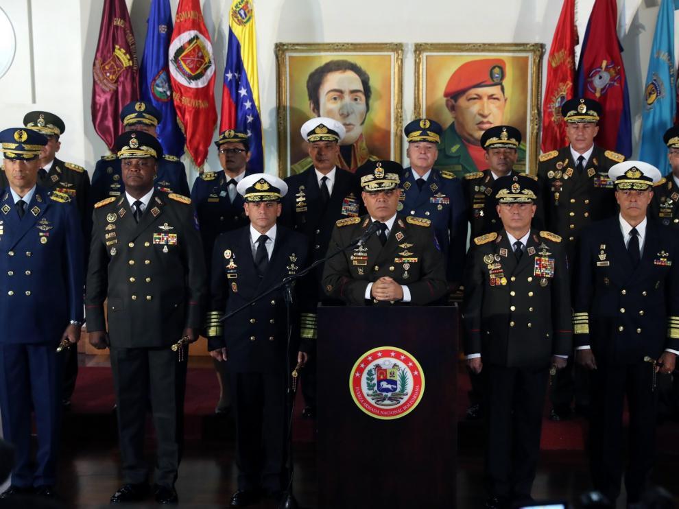 Los gobernadores chavistas y los militares respaldan a Maduro