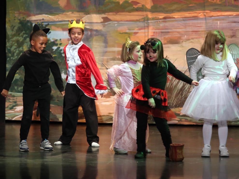 La magia del teatro infantil llena en Huesca de alegría el teatro de los Salesianos