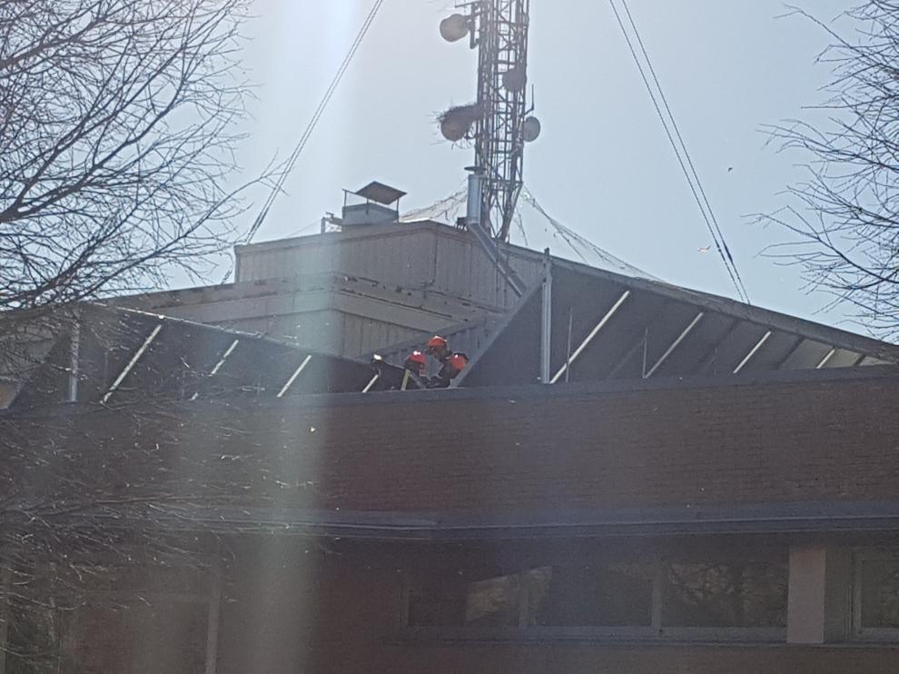 El viento arranca parte del tejado de la piscina cubierta de Fraga