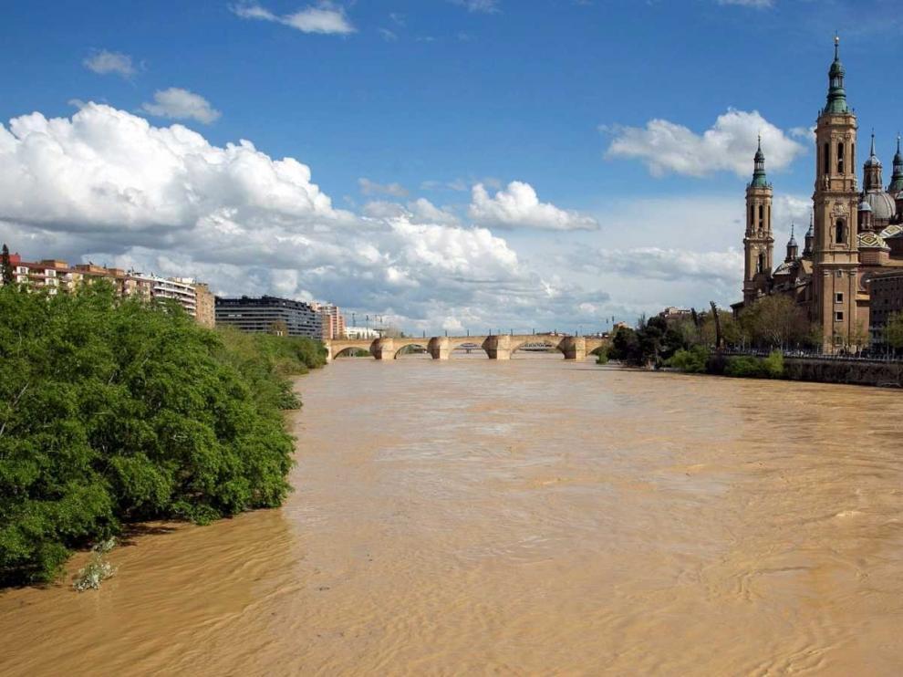 La crecida ordinaria del Ebro no causa afecciones en Zaragoza