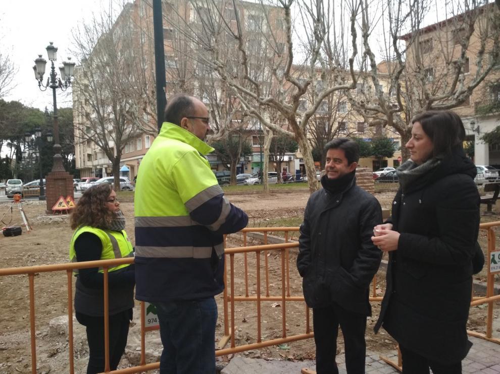 Avanzan las obras para sustituir el pavimiento de la plaza Cervantes de Huesca