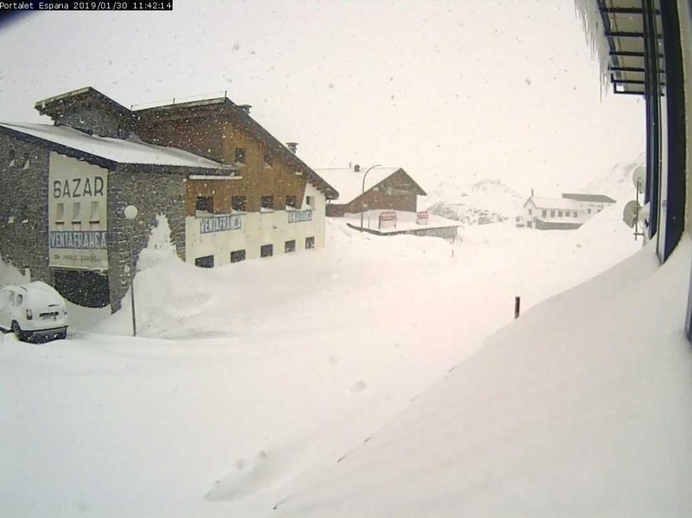 La nieve corta tres carreteras en la provincia de Huesca y vuelve a retrasar al canfranero