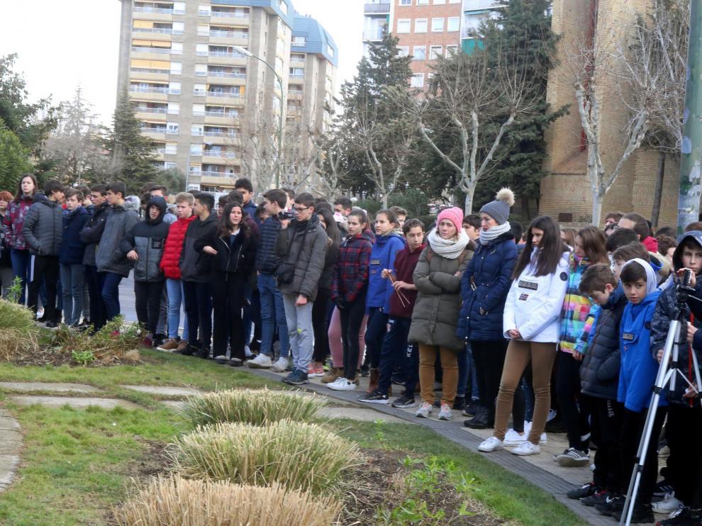"""Los escolares de Huesca plantan una """"bandera blanca"""" contra el odio y la violencia"""