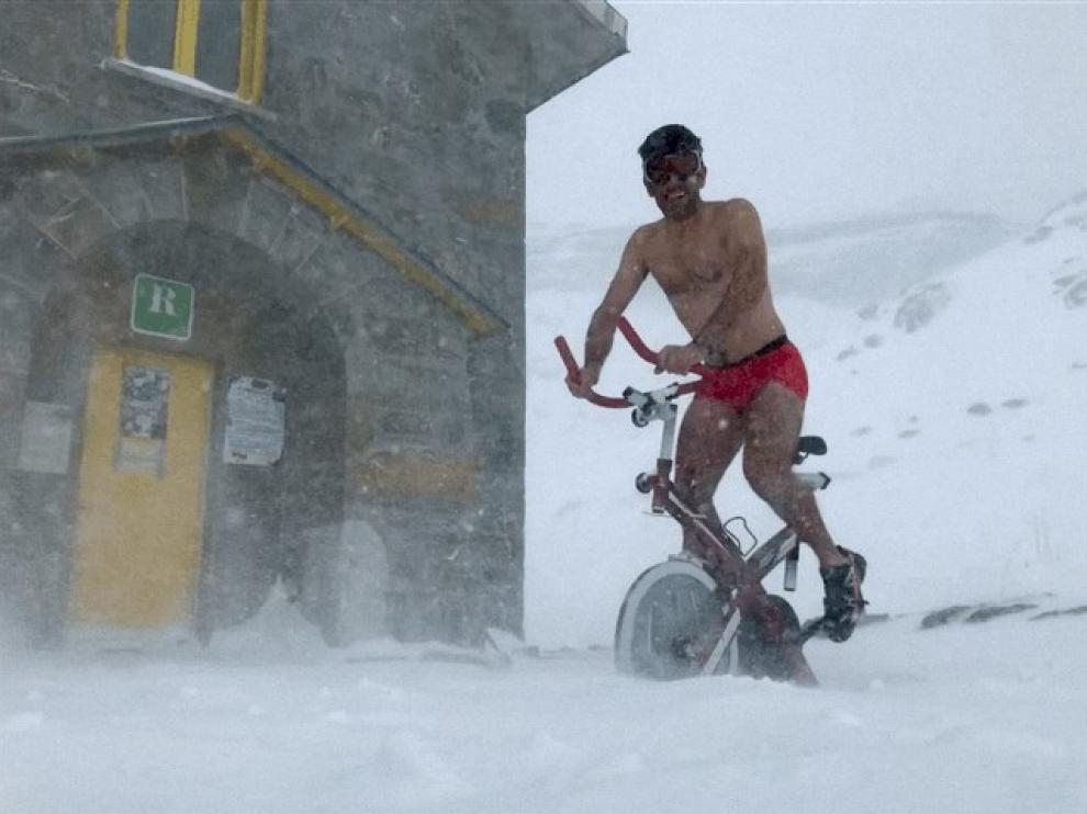 A 15 grados bajo cero, en gayumbos y aislados: el humor puede con la rutina en el Refugio de Góriz