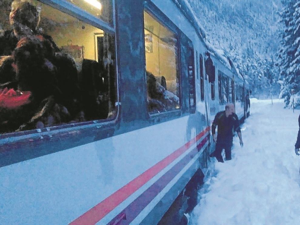 """Crefco protesta por el """"lamentable"""" bloqueo del canfranero a su salida de la villa fronteriza por la nieve"""