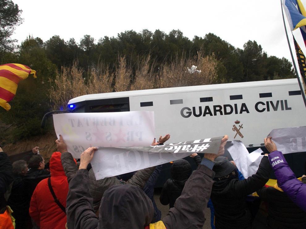 """La Guardia Civil inicia el traslado a Madrid de los nueve presos del """"procés"""""""
