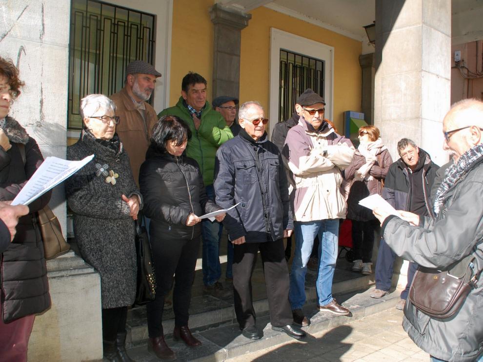 Un concurrido grupo de pensionistas se concentra en la plaza de España de Sariñena