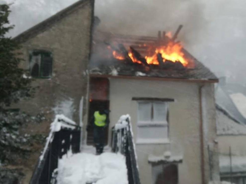 Un incendio en Canfranc Pueblo obliga a desalojar a 30 personas