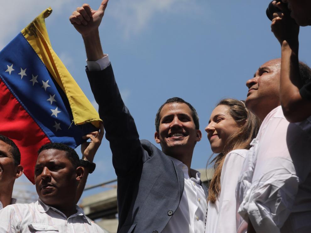 El presidente interino Guaidó exhibe músculo en las calles frente a Maduro