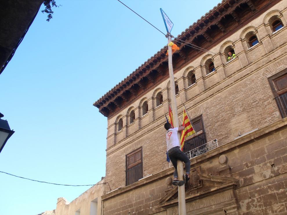 El joven de Fonz Ángel Raso se vuelve a llevar el gallo encaramado en lo alto del madero