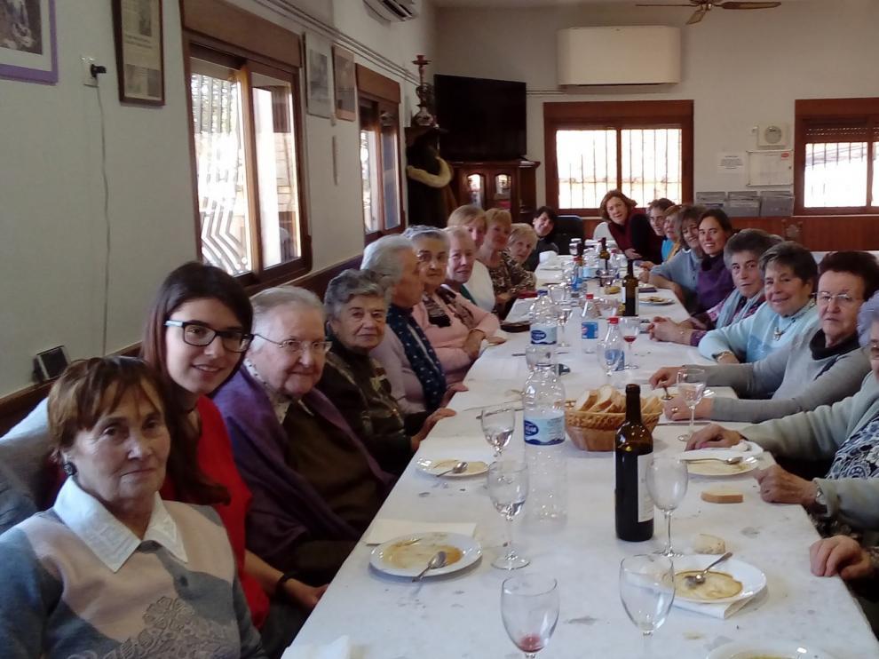 Biscarrués celebra Santa Águeda con una divertida comida popular con bromas y cantos
