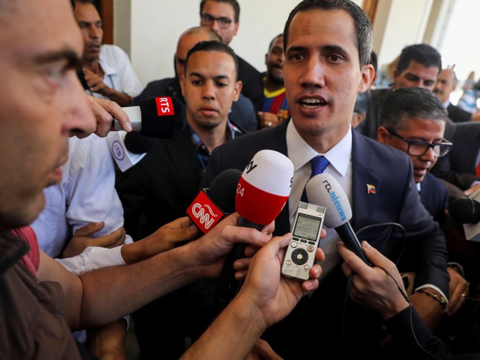 Guaidó reúne a exministros de Chávez para alentar el cambio