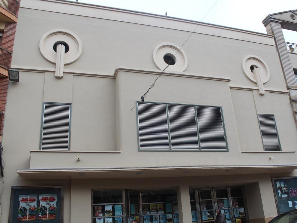 Finaliza la rehabilitación de la fachada principal del teatro Victoria de Monzón