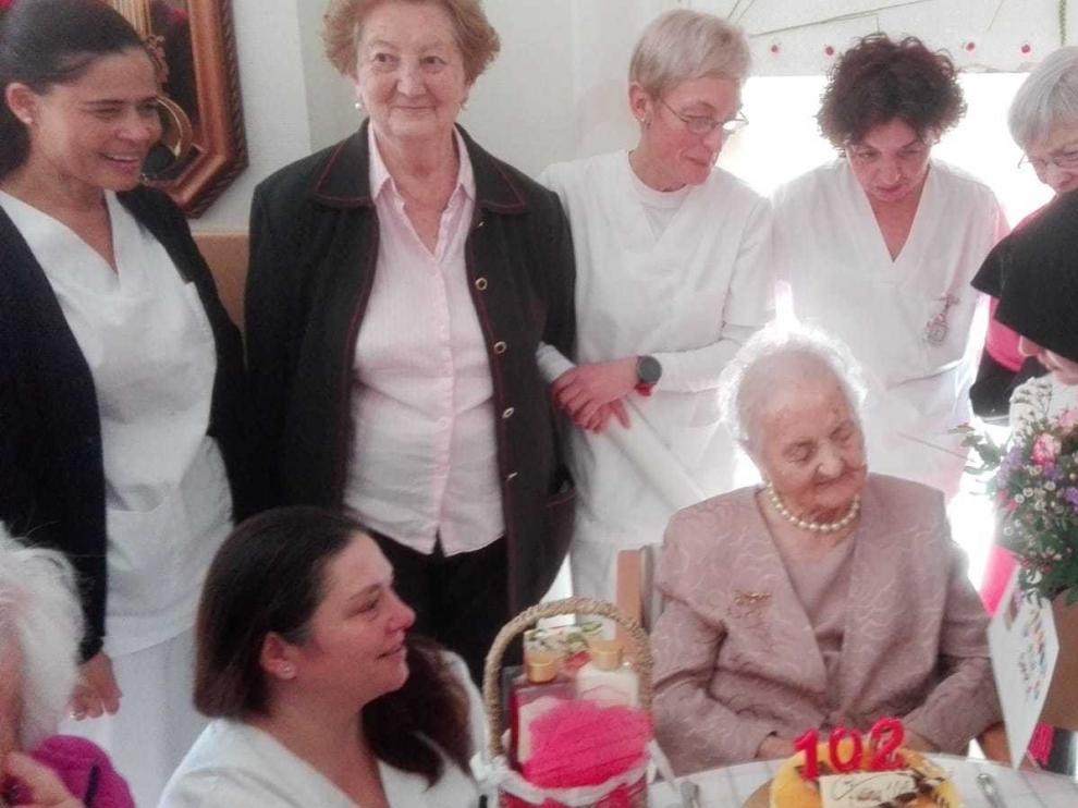 María Villa cumple 102 años con buena salud y mucha elegancia
