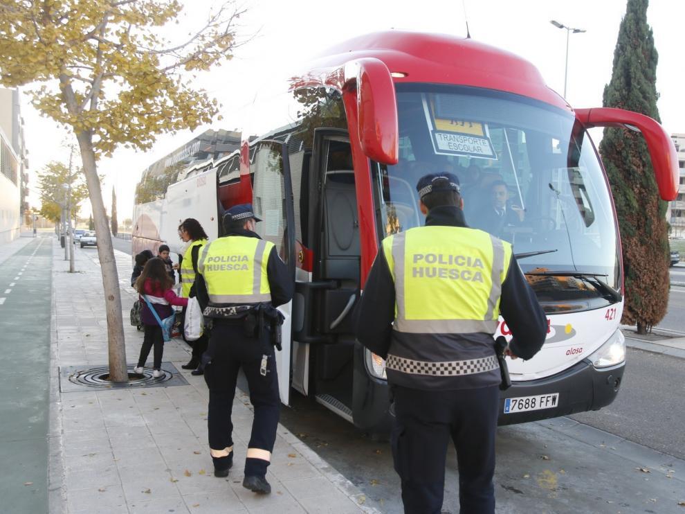 La Policía Local se suma a la campaña de control del transporte escolar