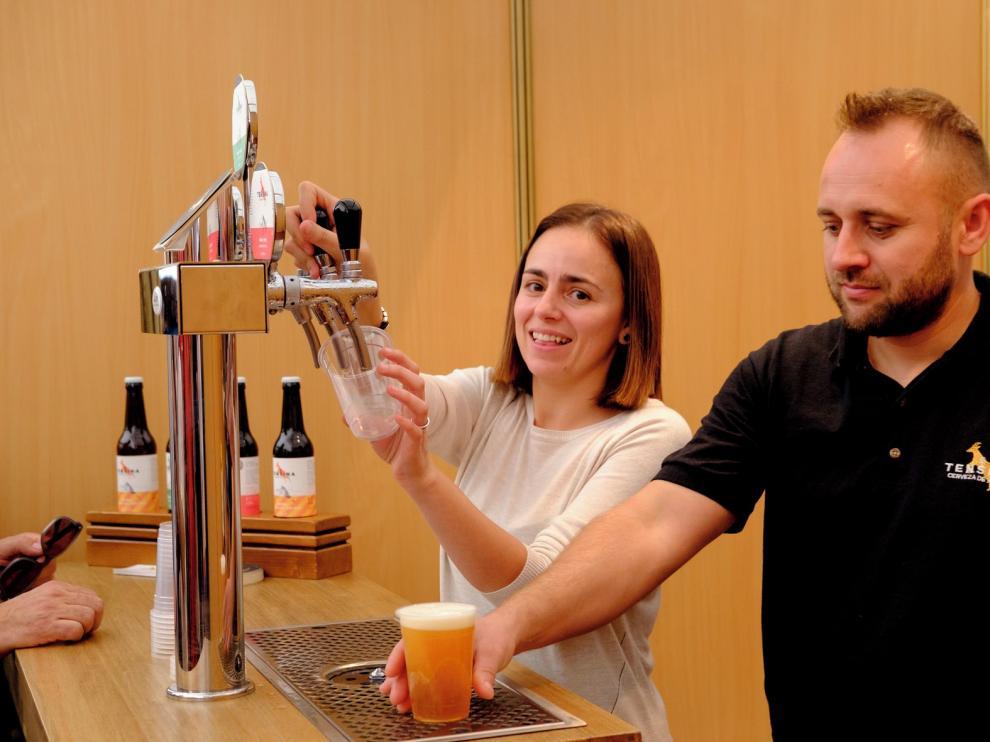 """Daniel Chiorean y Laura Gracia, elaboradores de la Cerveza Tensina: """"La cerveza gusta y vamos a crear un puesto de trabajo en Tramacastilla"""""""