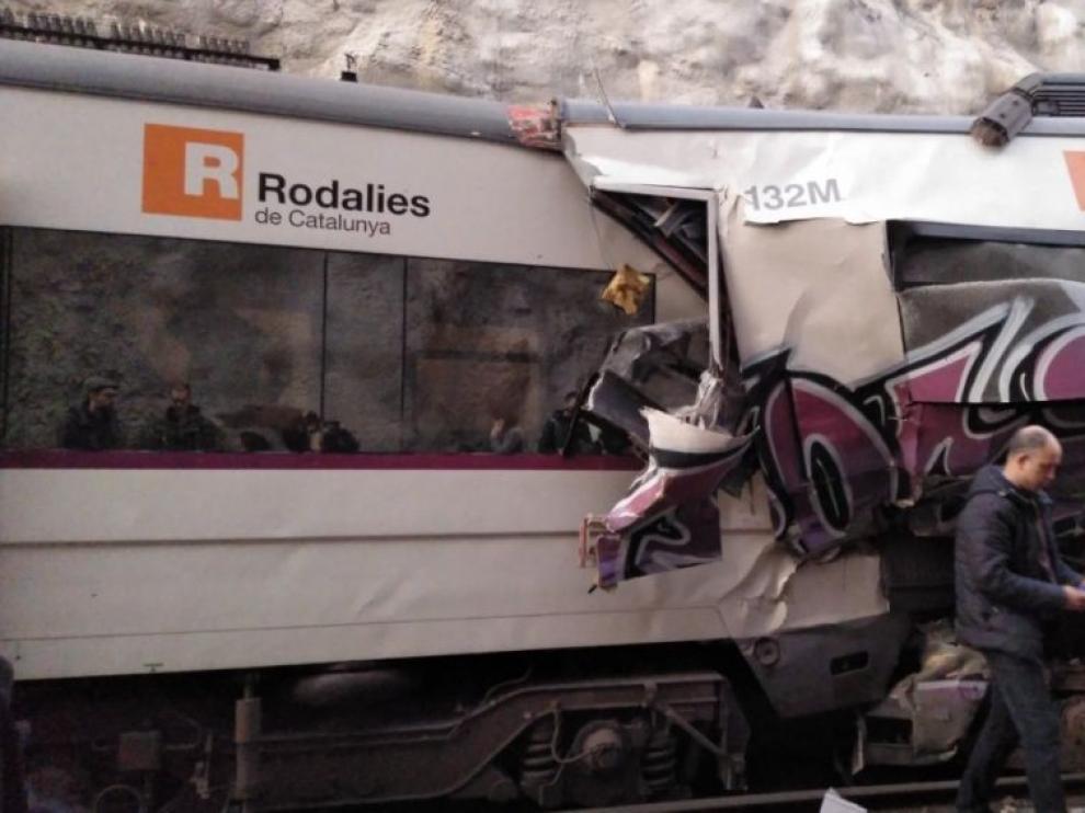 Un muerto y más de cien heridos al chocar dos trenes