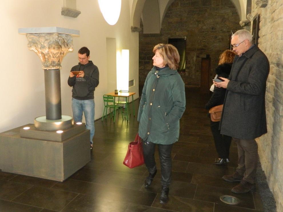 Expectación en Jaca por observar la talla de la virgen románica de Arbués