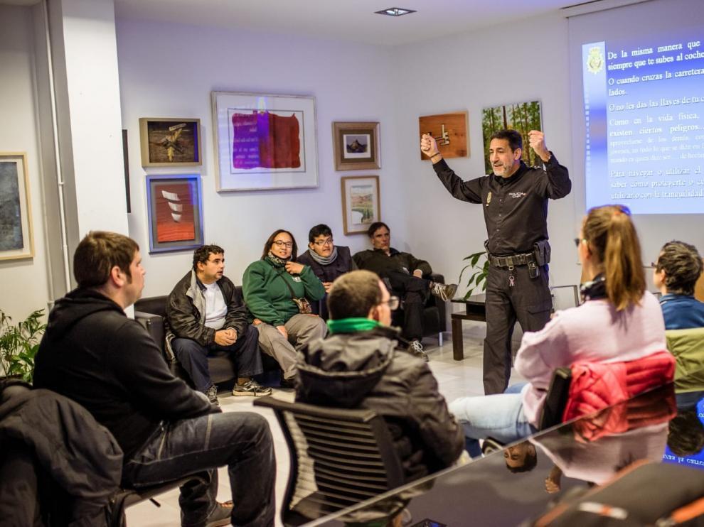 Usuarios de Atades Huesca reciben charlas de la Policía Nacional sobre los riesgos en Internet