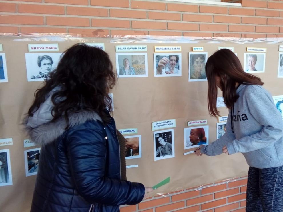 Escolares de Monegros conocen reseñas biográficas de 17 mujeres relevantes en el mundo de la ciencia