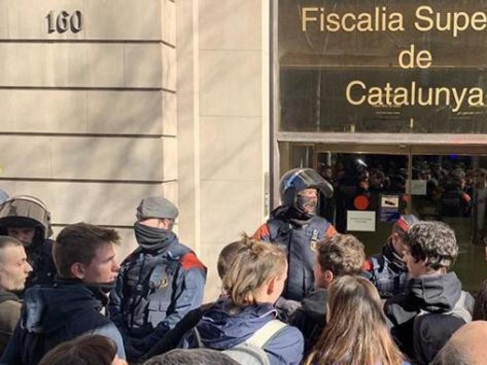 Los Mossos retiran a los CDR que cortaban la calle frente a la sede de la Fiscalía en Barcelona
