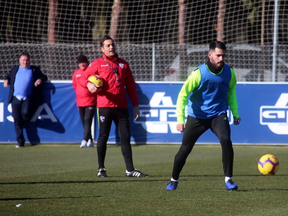 Aficionados y peñas del Huesca apoyan al central Pablo Insua tras su grave lesión