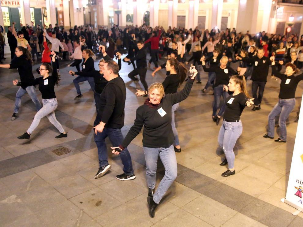 Huesca baila una jota en apoyo a los niños con cáncer, sus familias y Aspanoa