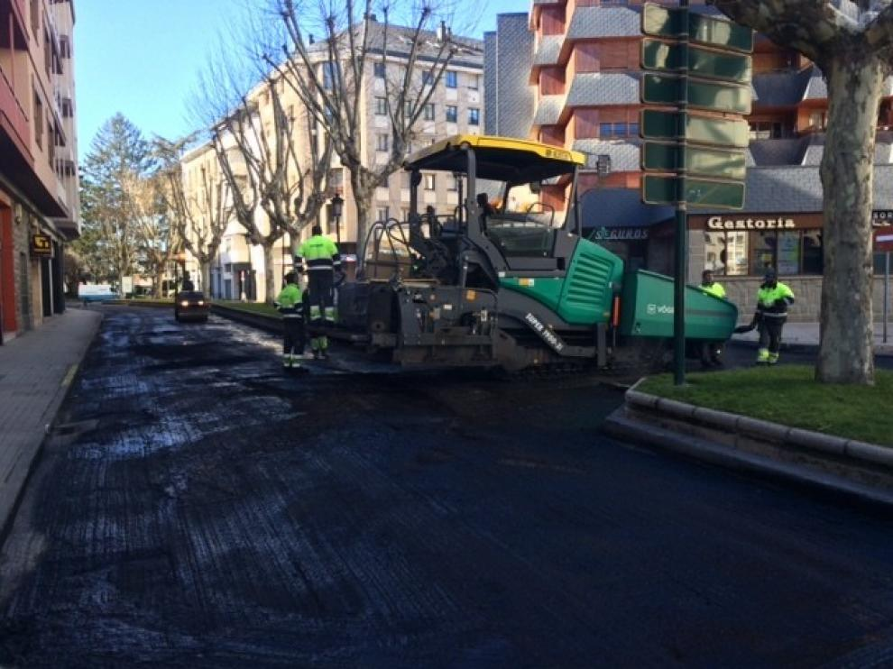 Jaca mejora el firme de la calle del Coso y la avenida de la Jacetania
