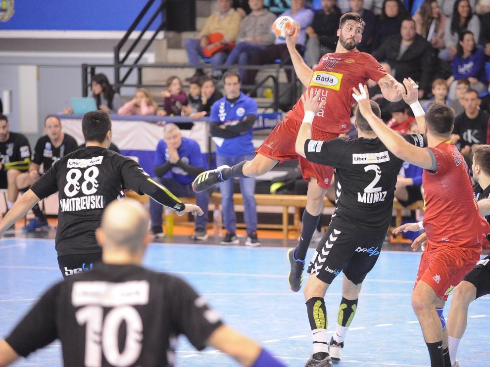 Bada Huesca empata un partido loco en Santander (32-32)