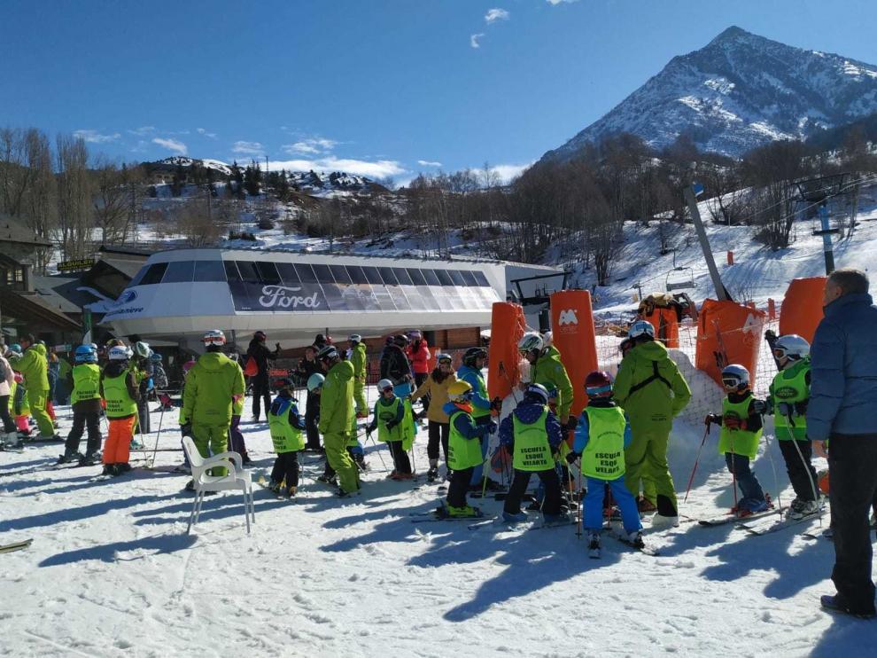 Más de 200 vecinos aprenden a esquiar esta temporada