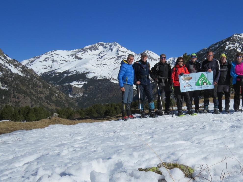 """CAS y Nabain realizan su actividad en el Valle de Chistau con raquetas de nieve por los Plans de l""""Abet"""