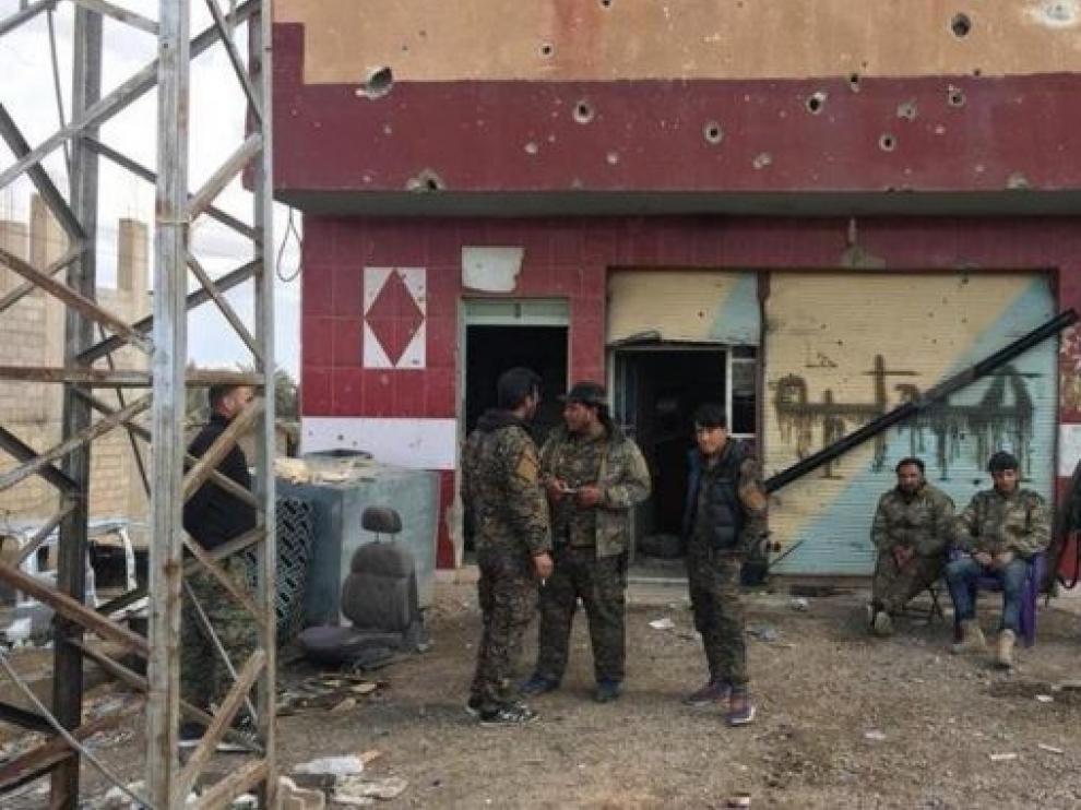 Las fuerzas kurdas entregan a Irak 150 yihadistas del EI y civiles detenidos