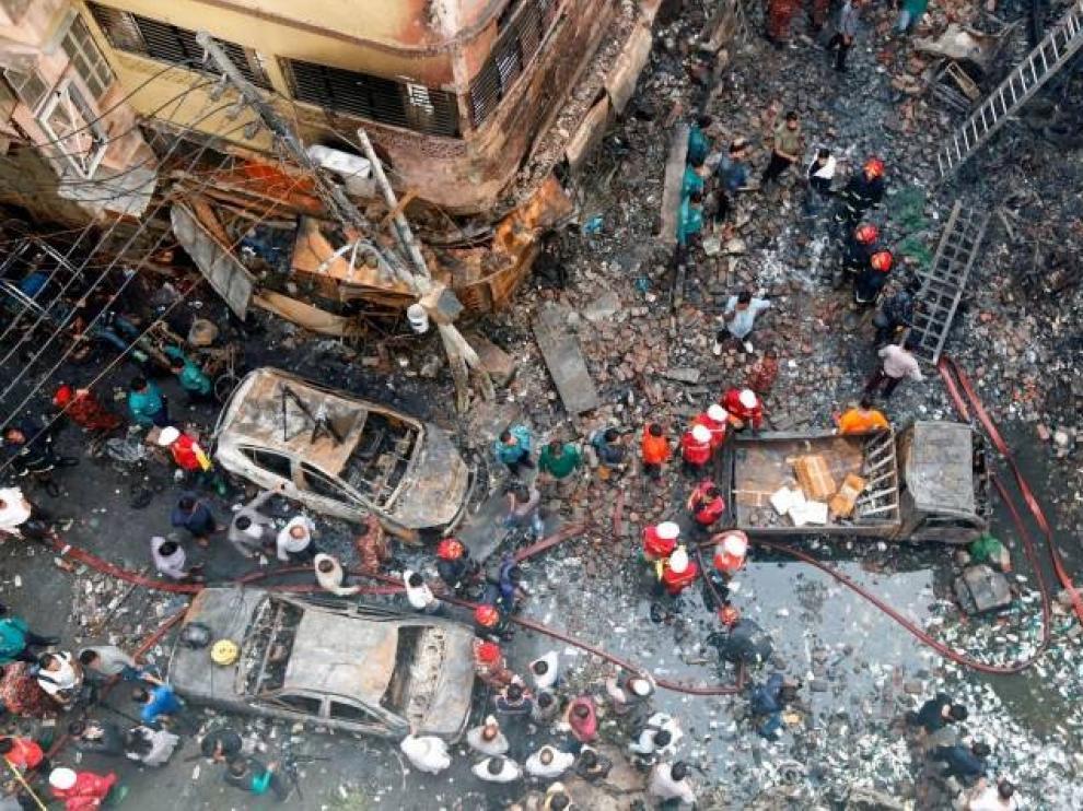 Un incendio en un barrio de Dacca causa al menos 67 muertos