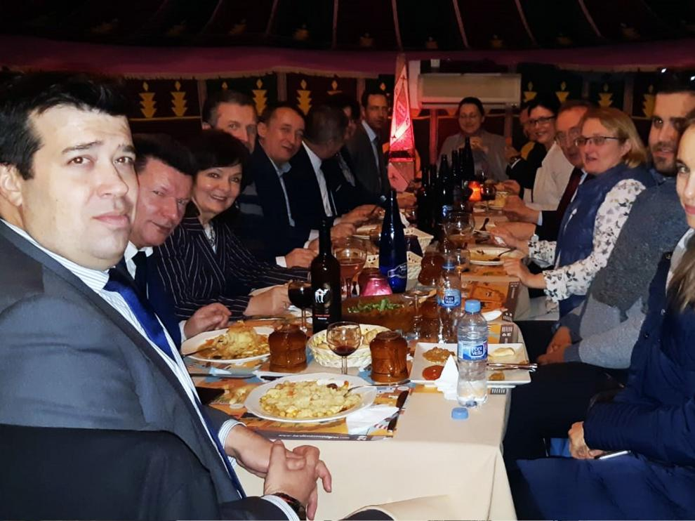 El centro turístico Tardienta Monegros recibe la visita de un grupo de diputados polacos