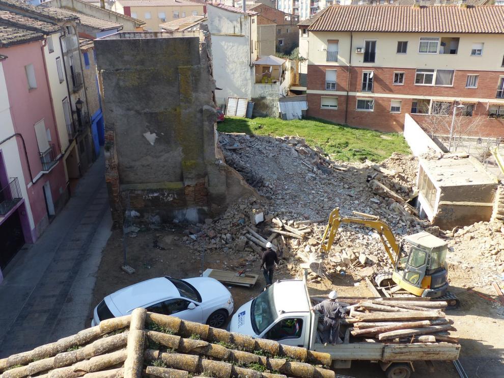 Comienza la demolición de dos casas para dar paso a la sede de la Escuela de Música Moderna de Monzón